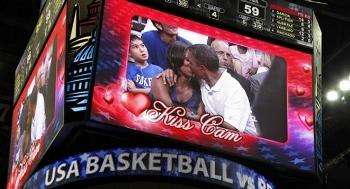 Barack y Michelle Obama, víctimas de la Kiss Cam