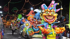 Los famosos cabezudos encabezan los desfiles.