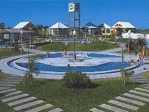 Las termas de Villa Elisa poseen seis piletas de hasta 41°C y una exclusiva piscina con olas.