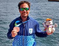 Javier Julio con su bronce en overall. Hoy busca más medallas.
