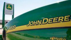 Jackie y un datillo (r) sobre John Deere