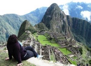 Soledad frente al imponente Machu Picchu