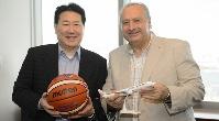 El presidente de JAL, Yoshiharu Ueki, y el presidente de la Fiba, Horacio Muratore.