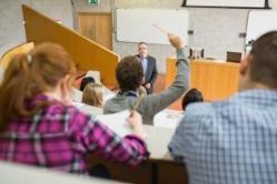 Un período de formación de postgrado en instituciones españolas.