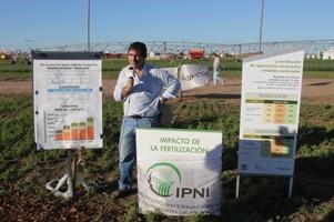 Fernando García, director del Programa Latinoamérica-Cono Sur del IPNI en la Plaza de Buenas Prácticas Agrícolas.