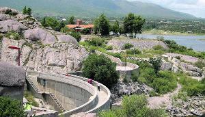 Es la entrada norte al corredor turístico del valle de Punilla.
