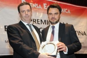 Gastón Trajtenberg, presidente de Industrias John Deere Argentina, recibe el galardón.