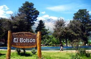 Ubicado al sudoeste de la provincia de Río Negro en el ángulo que forma la cordillera de los Andes.