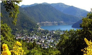 El paseo de la costanera iluminado frente al Lago Lácar es el recorrido ideal.