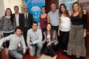 Milagro Medrano, gerente de Relaciones Institucionales, junto a los ganadores.