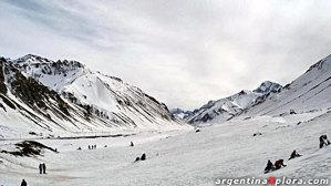 Ofrece una escuela de esquí con un experimentado grupo de instructores.