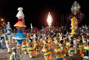 La festividad mantiene su formato de gran espectáculo al aire libre.