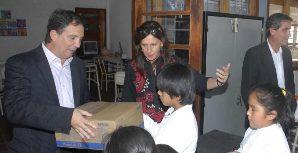 El acto de entrega de los materiales contó con la presencia de la ministra Rojkés y el gerente de Ford Marcelo Machao.