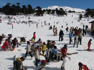 Está ubicado al noroeste de Neuquén, en plena cordillera.
