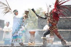 El supremo sacerdote azteca muestra la llama panamericana.