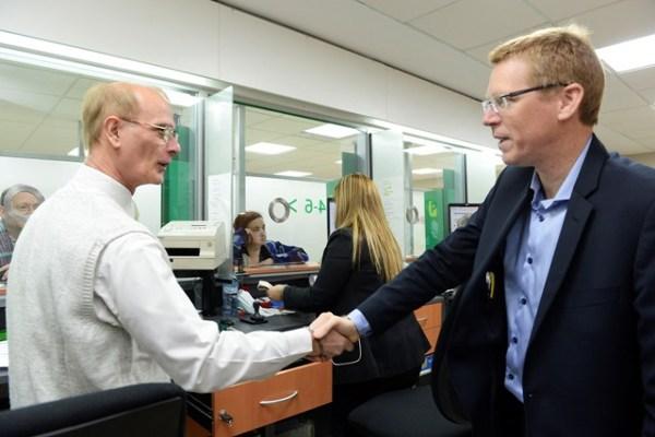 Juan Curutchet dialogó con los empleados de la sucursal Valentín Alsina.