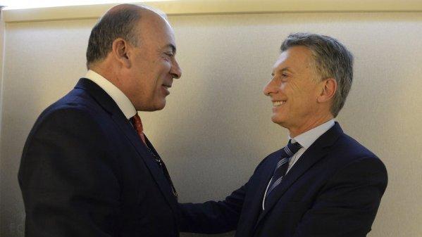 Muhtar Kent junto a Mauricio Macri