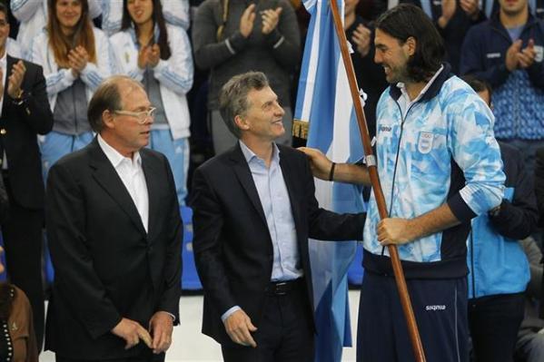 Scola recibió la bandera de manos del presidente Macri