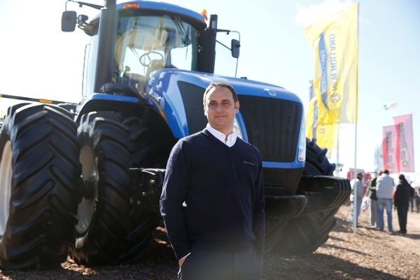 Ignacio Barrenese, director Comercial de New Holland junto al T9.