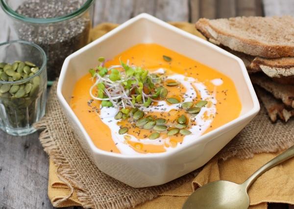 Sopa de zapallo con drizzle de oliva y queso crema