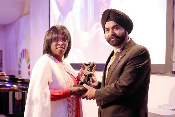 Ajay Banga recibiendo el premio