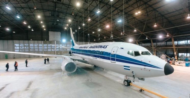 Un avión con diseño retro